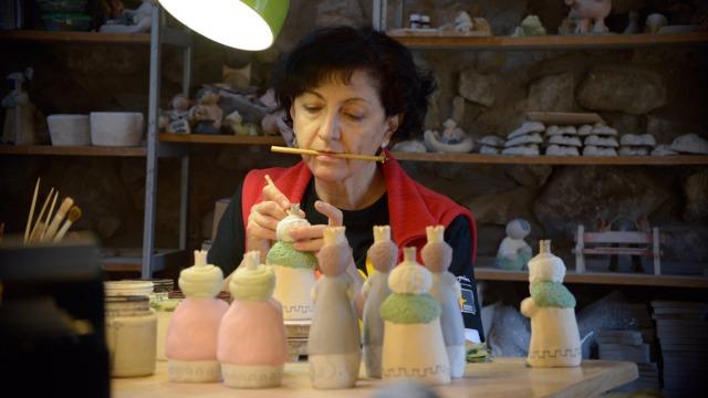 La ceramista afincada en Coladilla, Pilar Tirados. © Fotografía: MAURICIO PEÑA (La Nueva Crónica de León). Haz un click para leer un reportaje de Fulgencio Fernández.